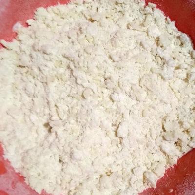 Приготовление теста для яблочного торта: сливочное масло растереть с мукой до состояния крошки