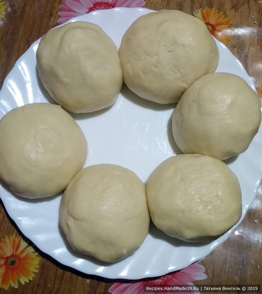 Тесто разделить на 6 частей, подкатать в шарики, накрыть плёнкой и убрать в холодильник на 1 час