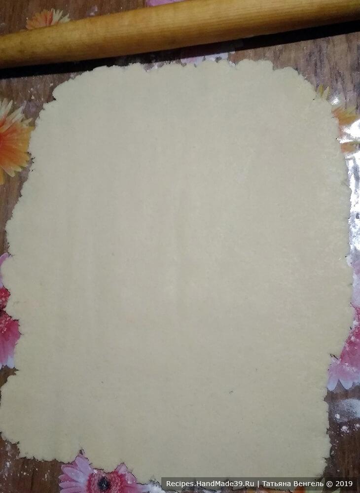 Затем каждую часть теста раскатать в пласт, выпекать в духовке, разогретой до температуры 180 °C, до лёгкого золотистого цвета