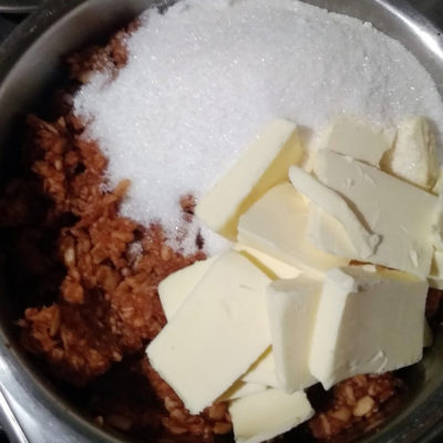 Измельчённые или натёртые яблоки уложить в кастрюлю, всыпать сахар, добавить масло, ванилин