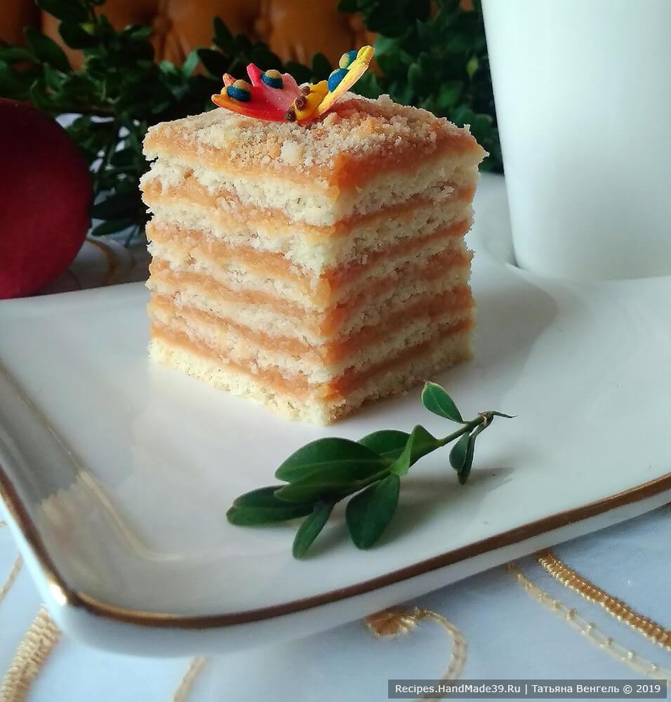 Оставить торт при комнатной температуре на 2 часа, затем поставить в холодильник