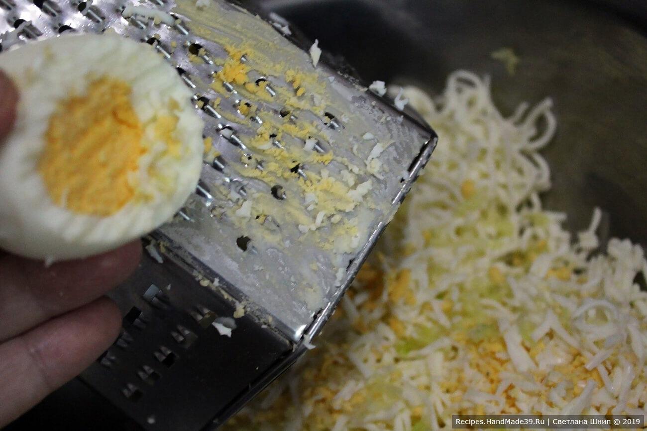 Куриные яйца сварить вкрутую, остудить, очистить. Натереть на мелкой тёрке, добавить к сырной массе