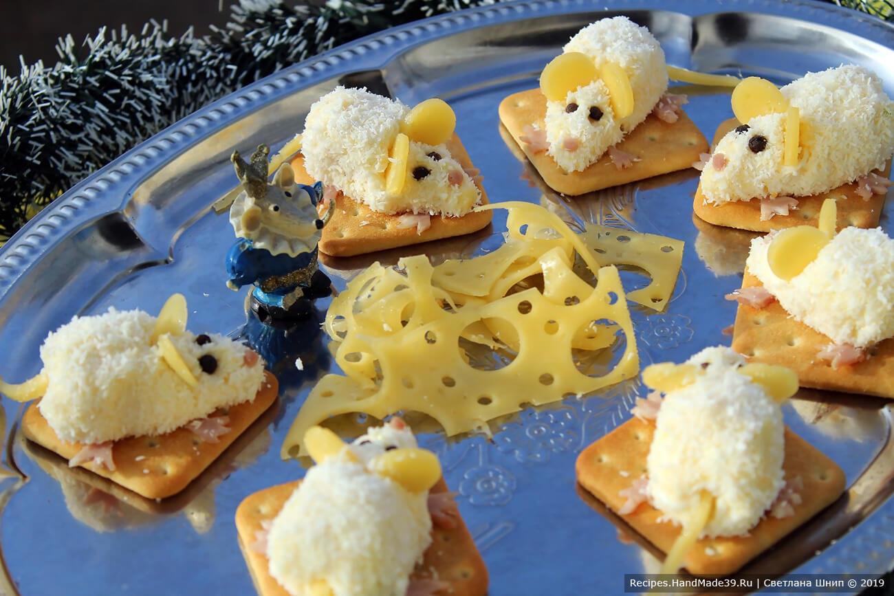 Выложить каждую «мышку» на крекер. Приятного аппетита!