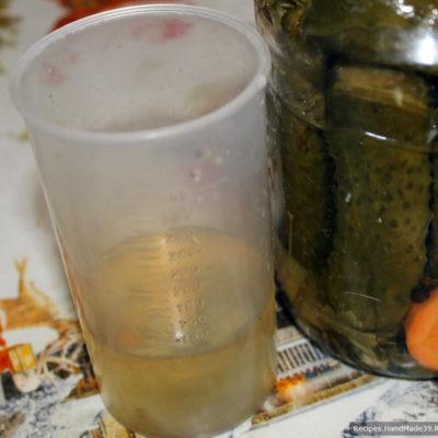 Приготовление теста для пирожков: огуречный рассол соединить с растительным маслом, посолить