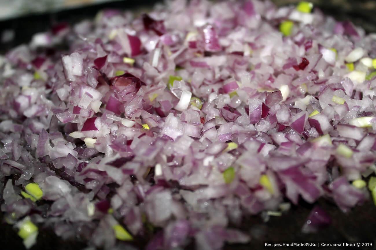 Красную салатную луковицу так же порезать мелкими кубиками, зелёный лук мелко нарезать, соединить