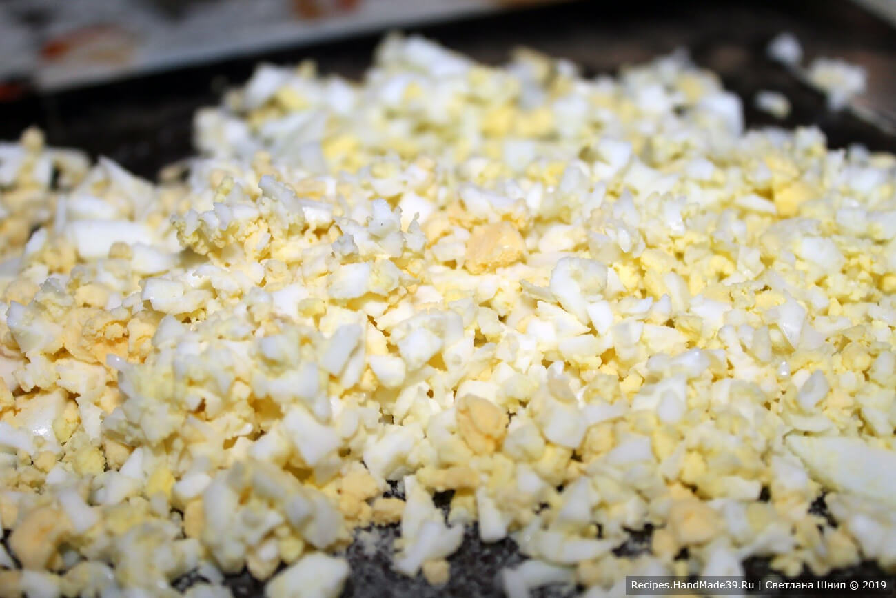 Яйца отварить, нарезать мелкими кубиками