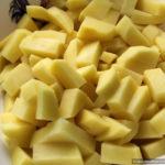Овощи почистить. Картофель нарезать кубиками