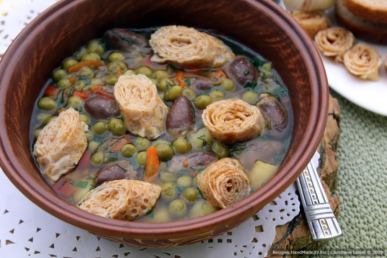 Налить суп в тарелку и выложить блинчики. Приятного аппетита!