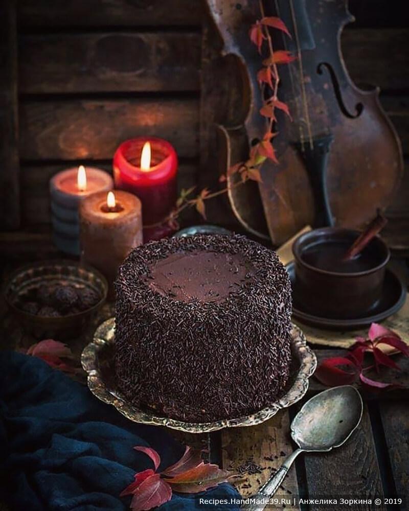 На остывшие коржи, а также на бока и верх торта наносим крем (один из трёх вариантов), затем посыпаем шоколадной посыпкой и украшаем трюфелями из брауни и чернослива