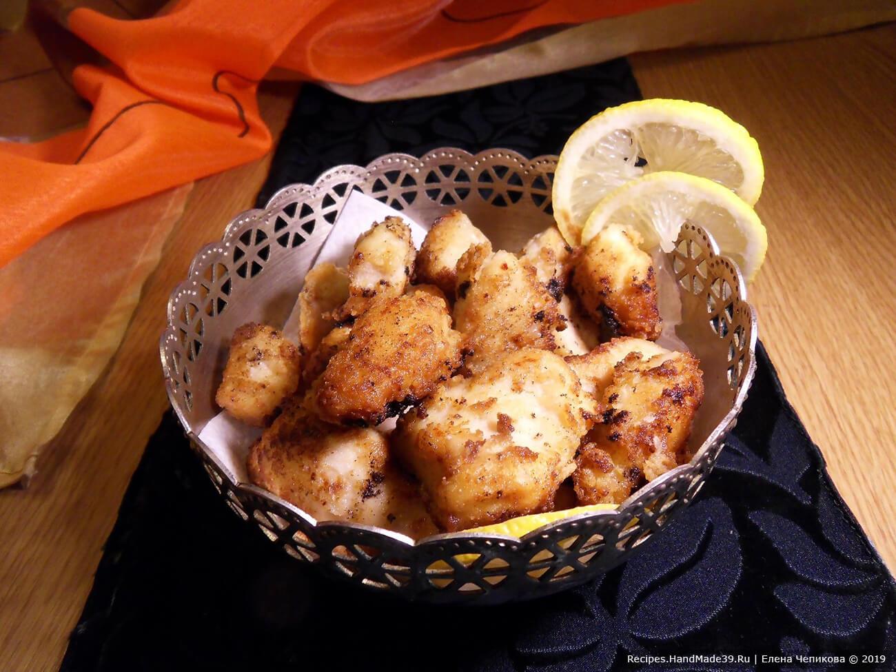 В глубокой сковороде раскалить масло, обжарить в нём кусочки курицы до золотистого цвета