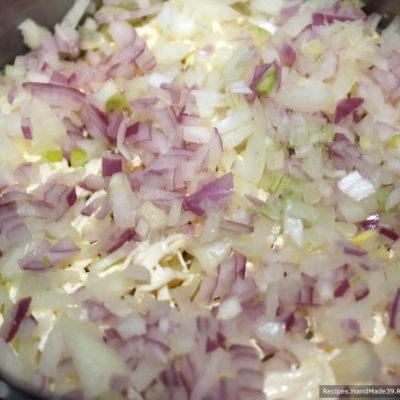 Сельдь под шубой с желатином – фото шаг 3. 2-й слой – маринованный лук