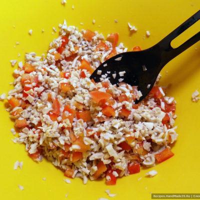 Помидоры и сладкий перец промыть, мелко нарезать, смешать с кальмарами