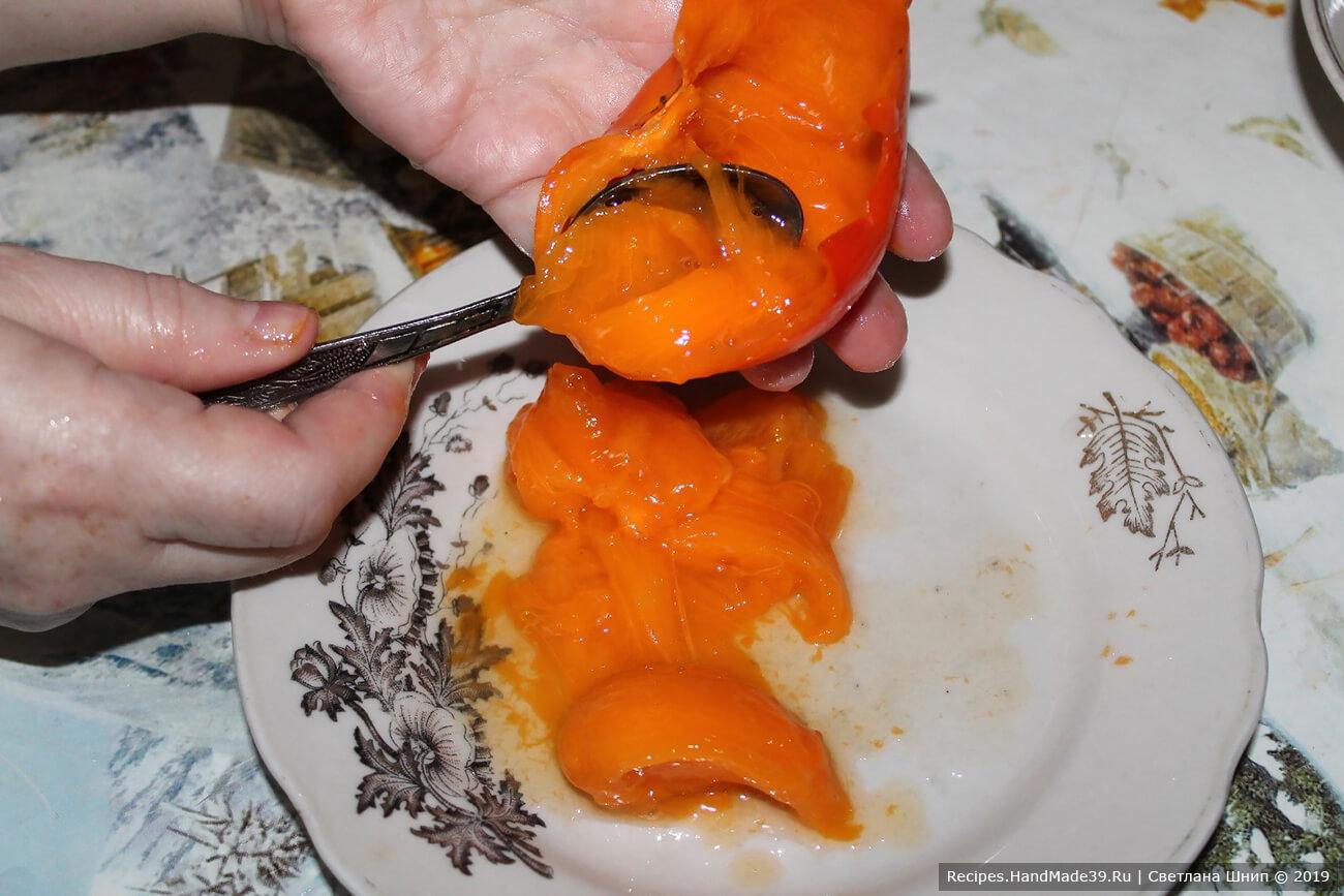 Все фрукты вымыть. Мякоть хурмы вынуть ложкой, шкурку и косточки удалить