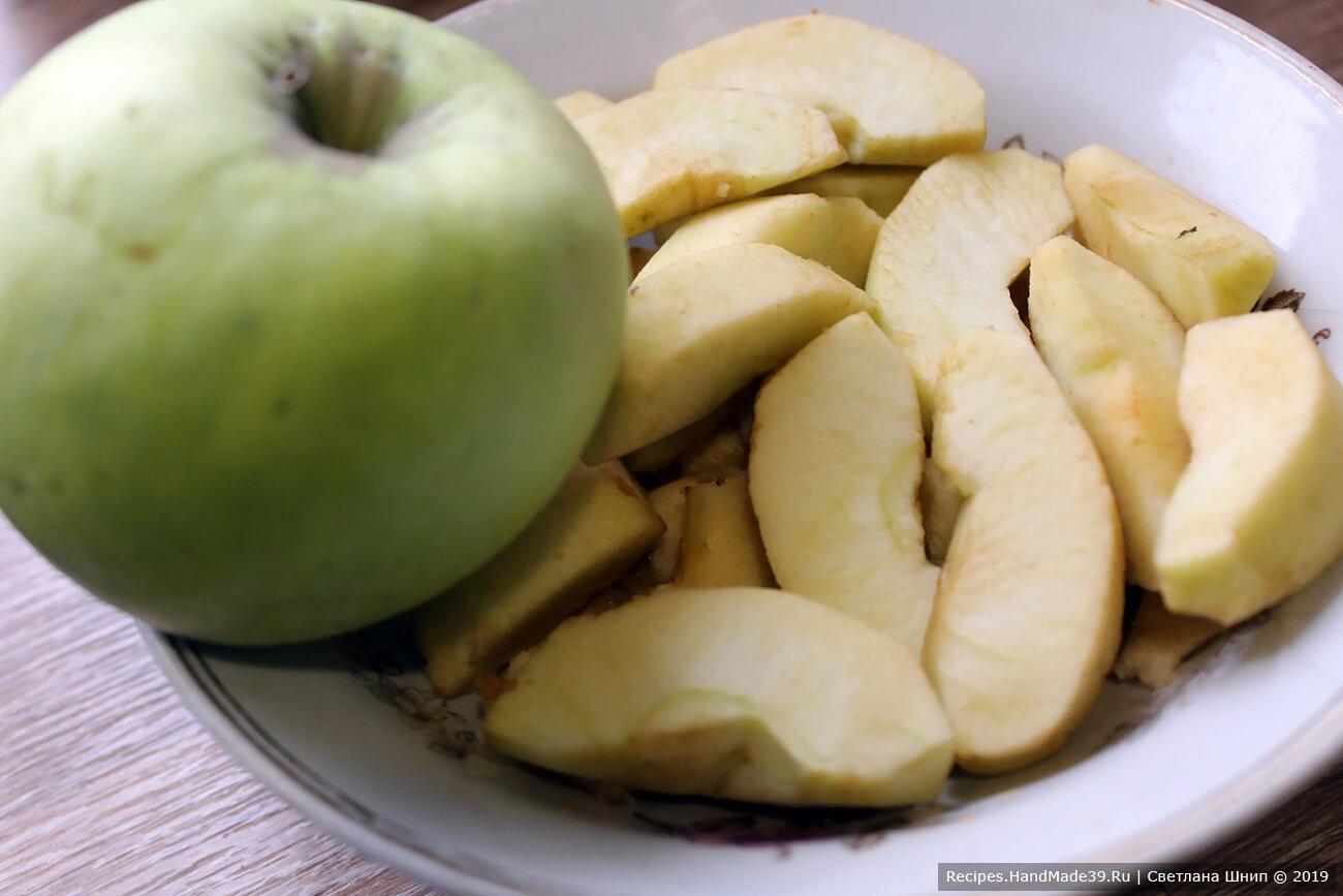 Яблоко очистить от кожуры, разрезать на 4 части