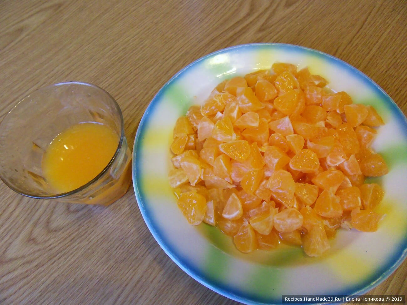 Мандарины очистить от кожуры. 2/3 всех мандаринов нарезать маленькими кусочками
