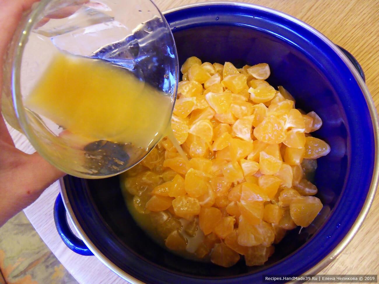 В кастрюлю выжать сок из оставшихся мандаринов