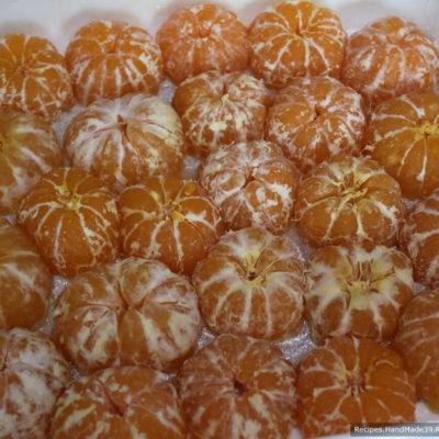 Выложить мандарины на дно формы срезом вниз