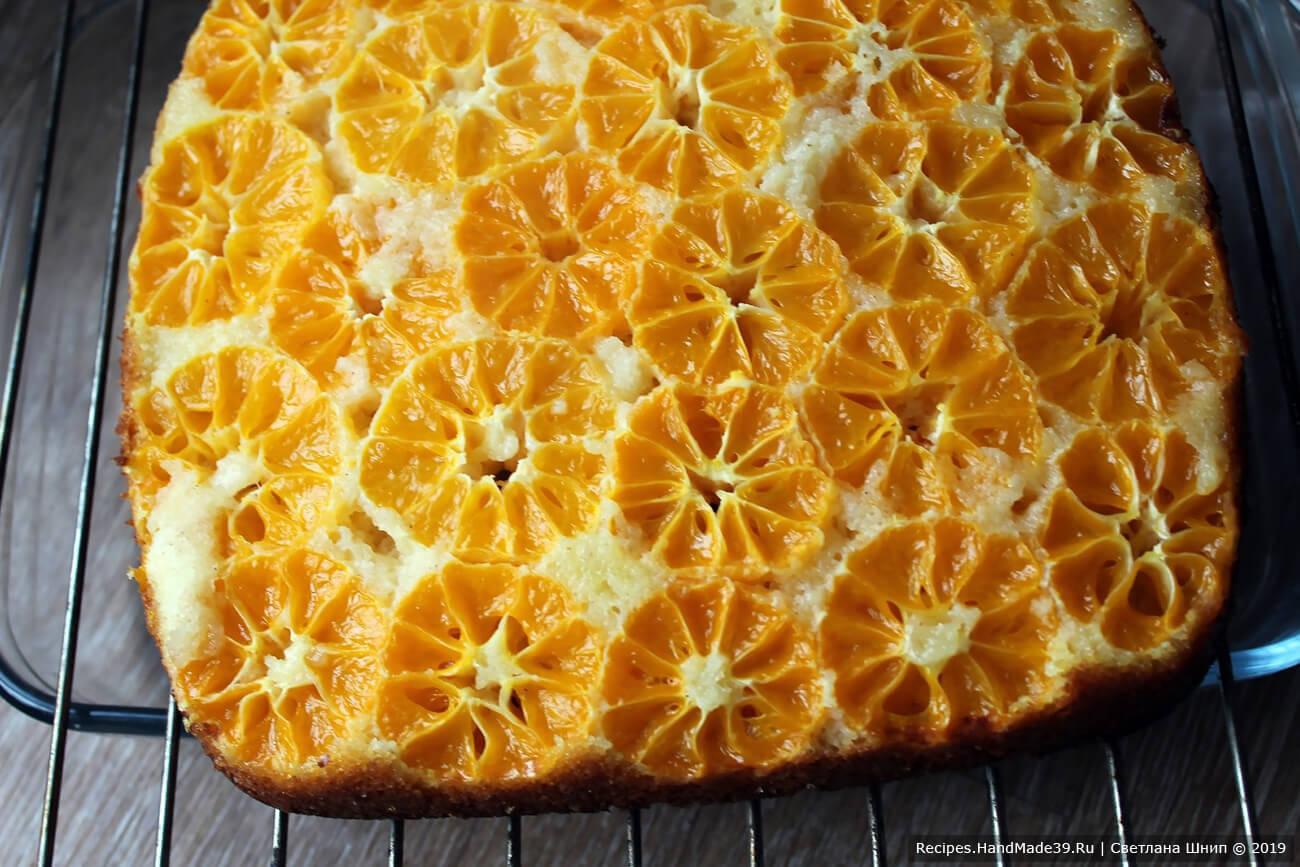 Готовый пирог вынуть из формы, снять пергамент или фольгу, перевернуть, чтобы мандарины были сверху. Остудить на решётке