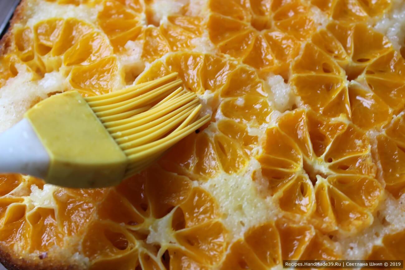 Смазать сиропом верх пирога