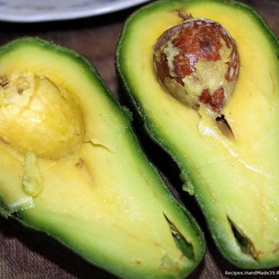 Авокадо (спелый и мягкий) очистить от кожуры, разрезать пополам, удалить косточку