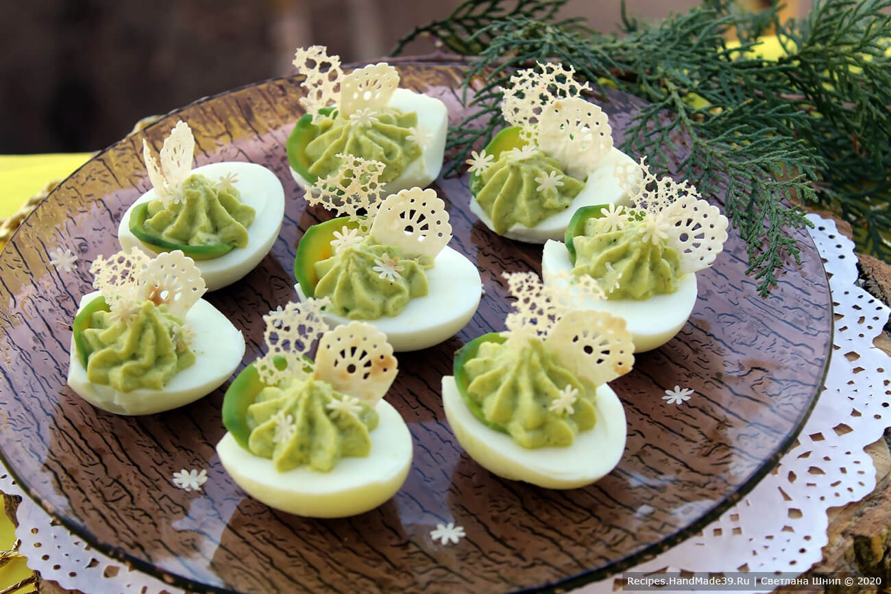 Яйца, фаршированные авокадо