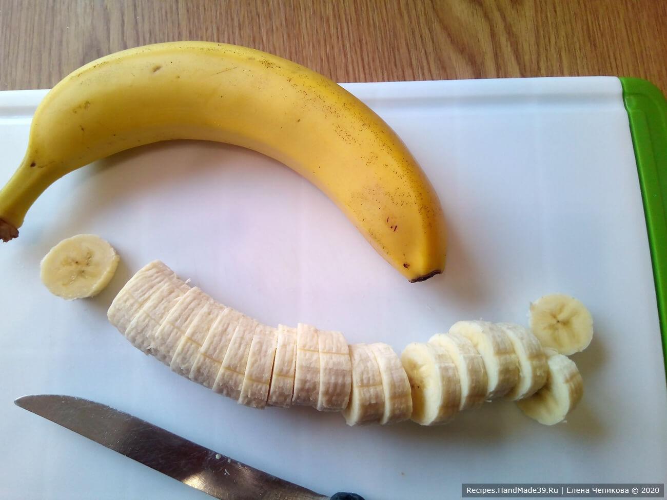 Бананы очистить, нарезать на кусочки
