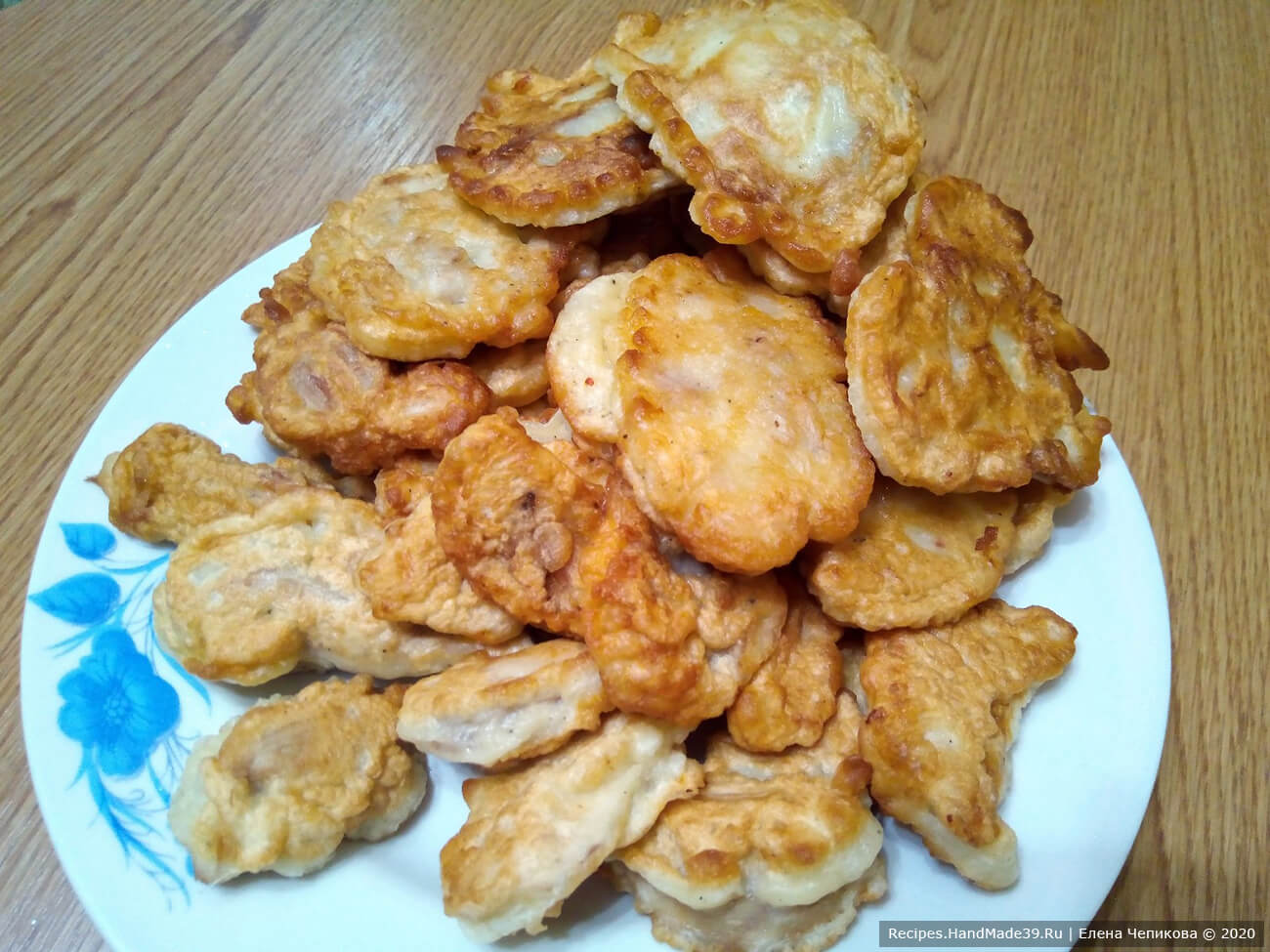 Кусочки курицы на вилке обмакивать в кляр и жарить в кипящем растительном масле до румяной корочки