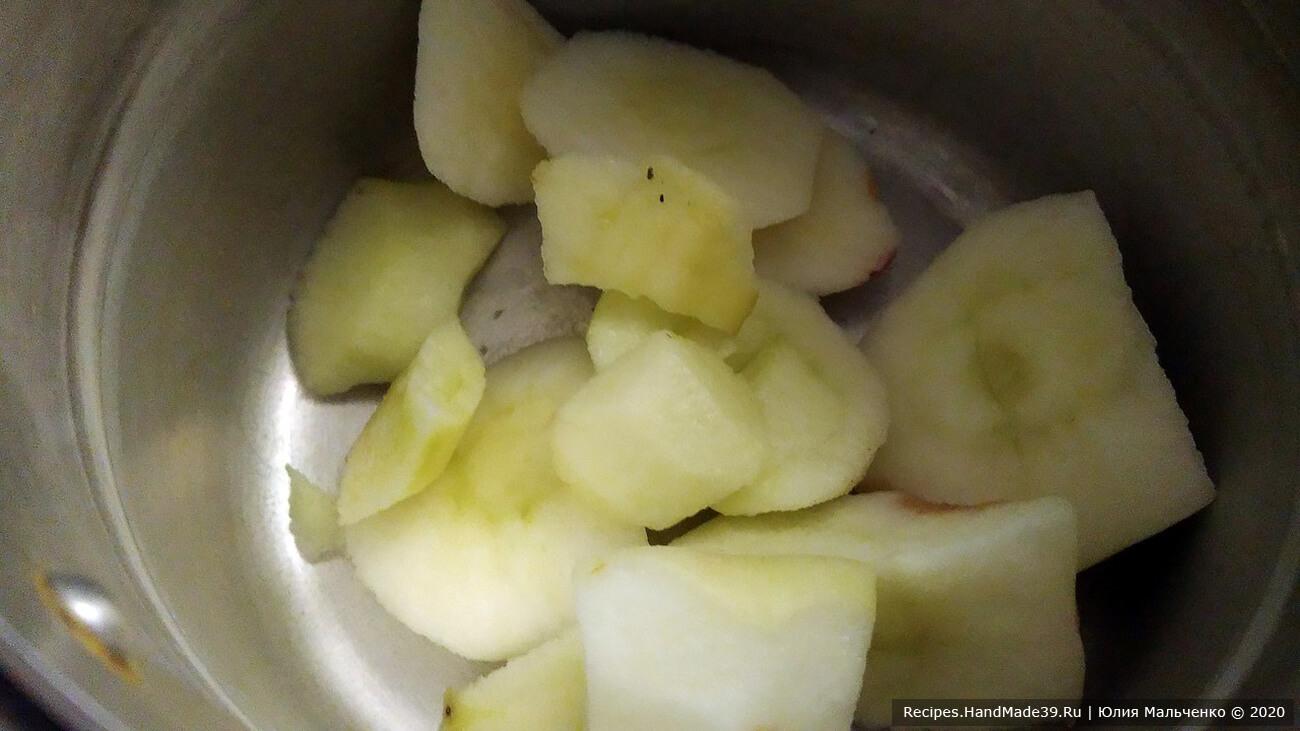 Очищаем яблоки от кожицы и нарезаем дольками. Складываем их в кастрюлю, добавляем 50 мл воды и ставим на огонь. Наша задача – немного проварить яблоки, чтобы они стали мягче и их можно было легче измельчить блендером