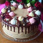 Шоколадный бисквитный торт с кремом и орехами