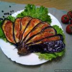 Веер из баклажана с помидорами и моцареллой