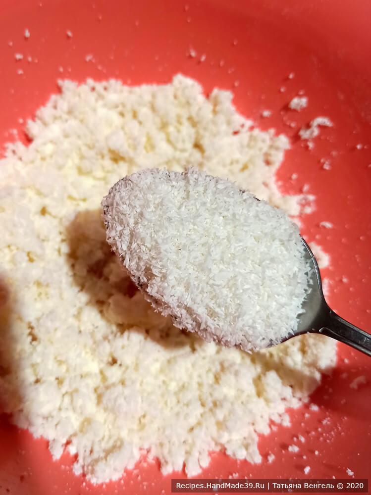 Приготовление творожно-изюмной начинки: соединить творог, сахар, размять вилкой, добавить кокосовую стружку, перемешать