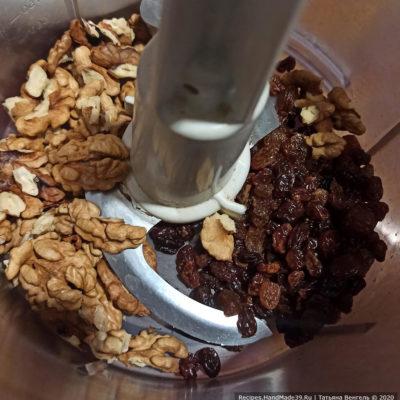 Приготовление орехово-изюмной начинки: орехи и изюм пробить блендером