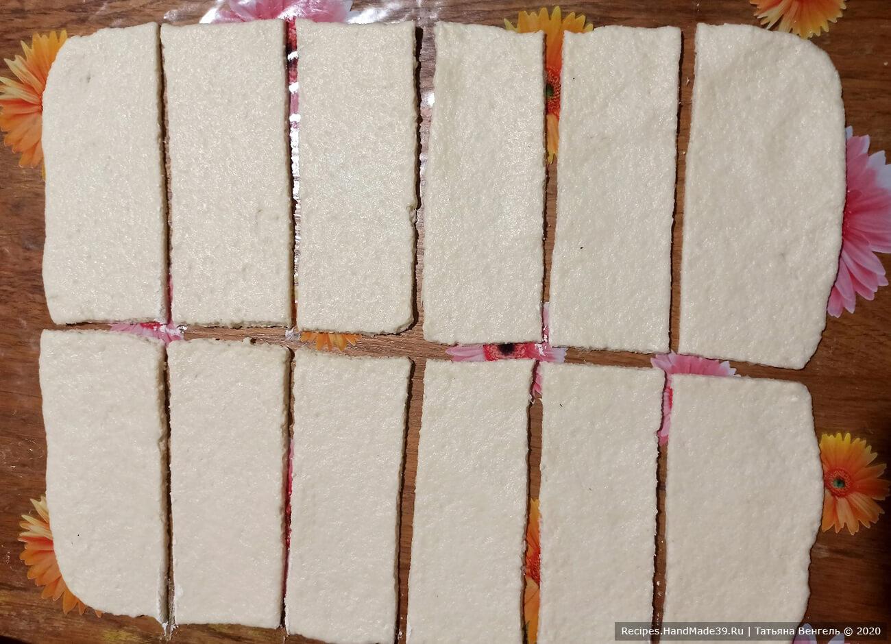 Приготовление творожных булочек: тесто раскатать в прямоугольный пласт толщиной 3 мм. Разрезать вдоль пополам и каждую полоску на 6 частей