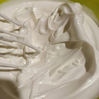 Взбивать белки до жестких пиков (сахар должен полностью раствориться)