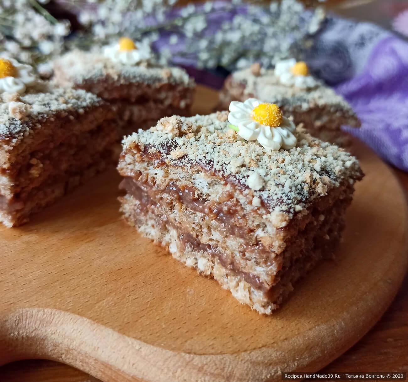 Собрать коржи, посыпать верх торта крошкой, приятного аппетита!
