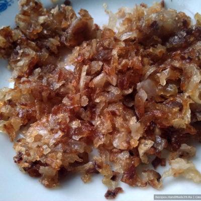 Репчатый лук обжарить на смеси сливочного и растительного масла
