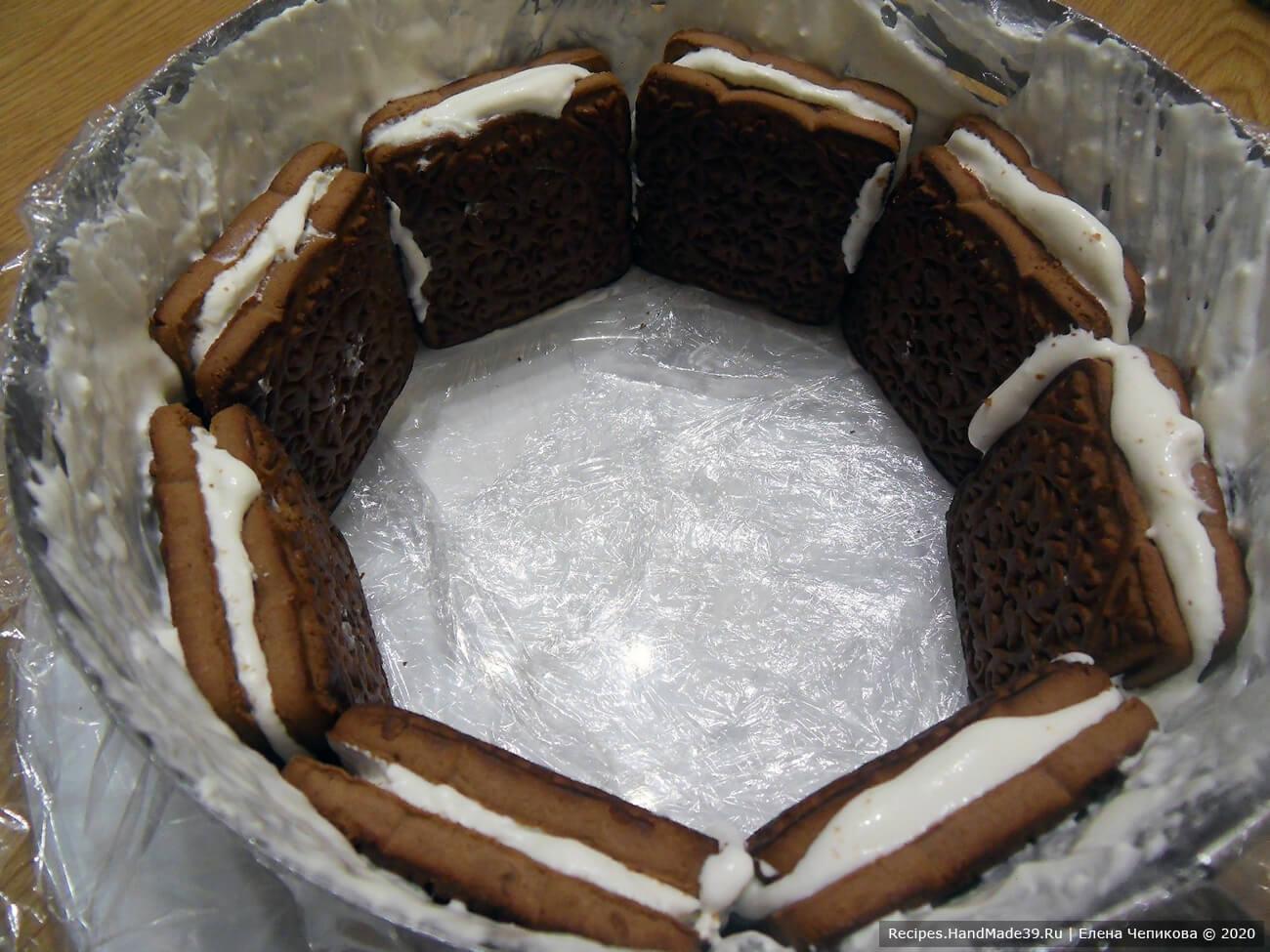 Вертикально выложить первый слой печенья по окружности