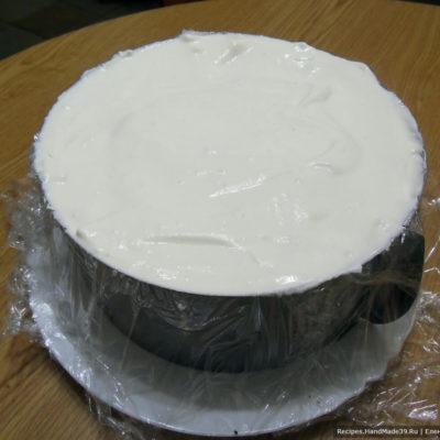 Оставшимся кремом покрыть верх торта