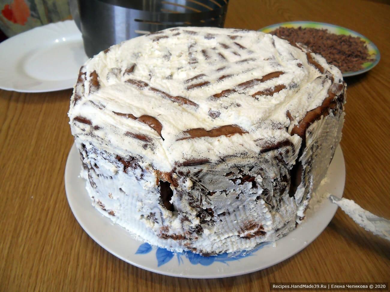 Торт перевернуть на тарелку, потянуть за края пищевой плёнки – торт легко выйдет из формы. Плёнку удалить