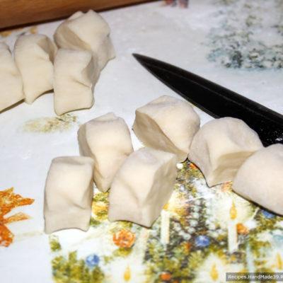 Готовое тесто разделить на части, скатать колбаски. Каждую колбаску нарезать шайбочками