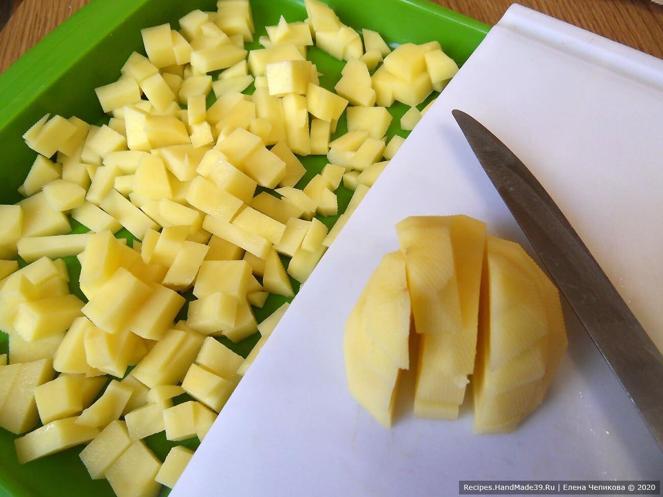 Картофель вымыть, очистить, нарезать кубиками, опустить в кипящую воду. Варить 10 минут