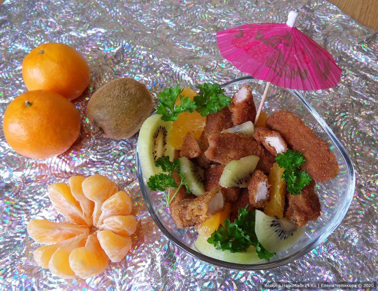 Жарить индейку в растительном масле до готовности. Подавать с кусочками свежих фруктов. Приятного аппетита!