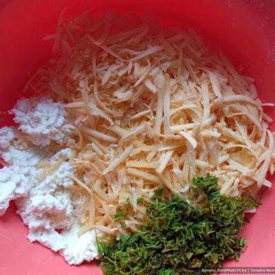 Приготовление начинки для хачапури: сыр натереть на крупной тёрке