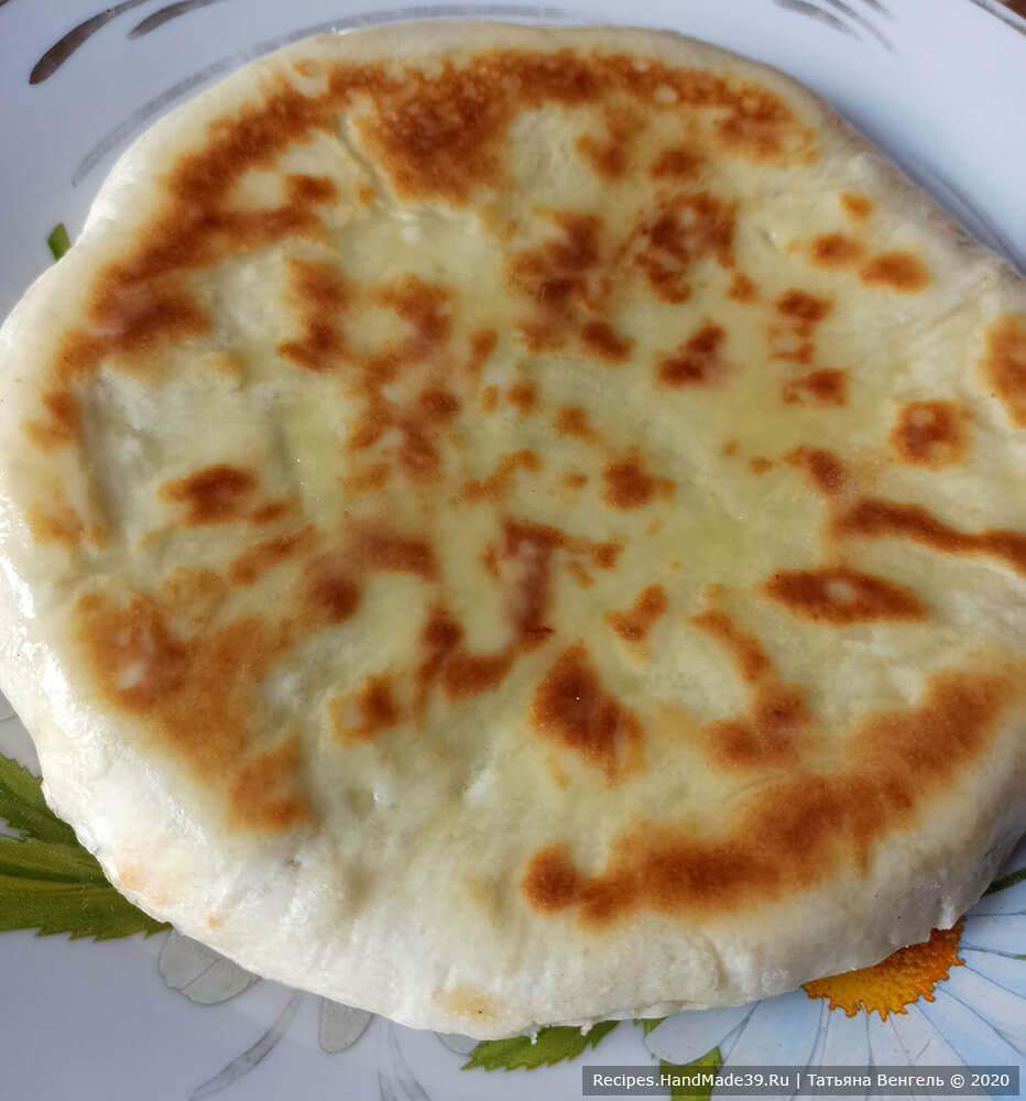 Горячие хачапури смазать сливочным маслом. Приятного аппетита!