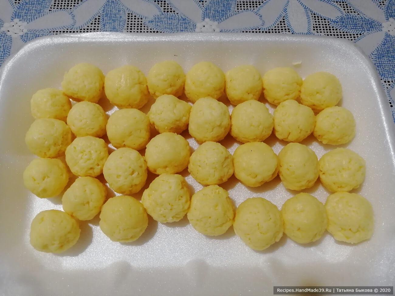 Любой твёрдый сыр натереть на мелкой тёрке и скатать из него небольшие шарики (величиной с фундук)