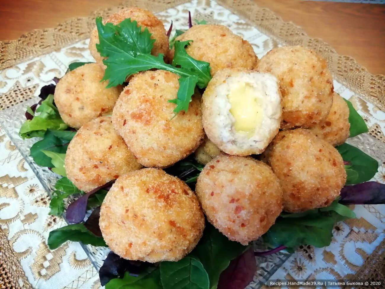 Готовые куриные шарики выложить на лист салата или на микс салатов, приятного аппетита!