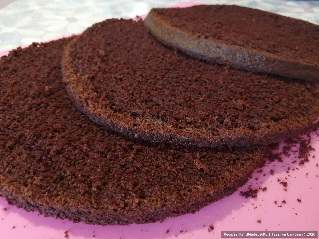 Сборка торта «Шоколадный бархат»: с бисквита срезать шапочку (она пойдёт на украшение боков торта). Разрезать бисквит на 3 равные части с помощью нитки