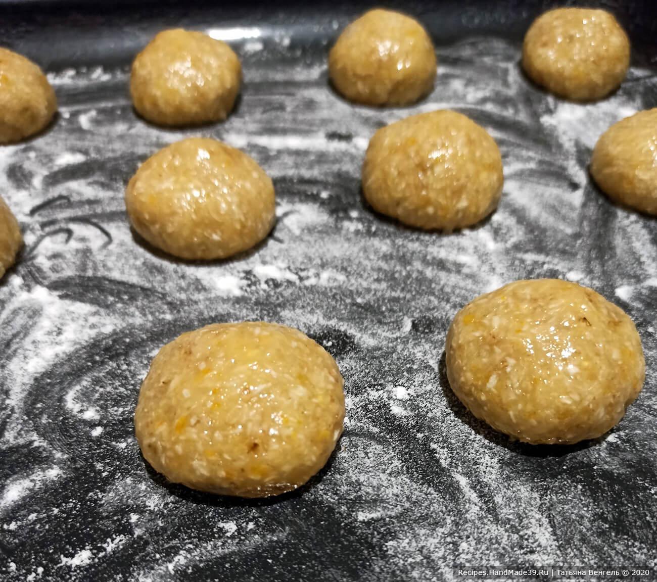 Сформовать шарики размером с грецкий орех. Уложить на расстоянии на противень, присыпанный мукой