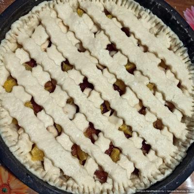 Нарезанными полосками из теста сделать решётку на пироге