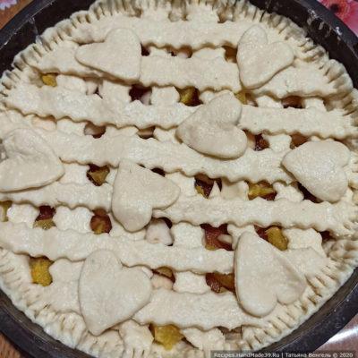 Сверху пирог можно украсить декоративными сердечками из теста